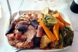 O prato mais famoso dos Açores faz-se debaixo da terra
